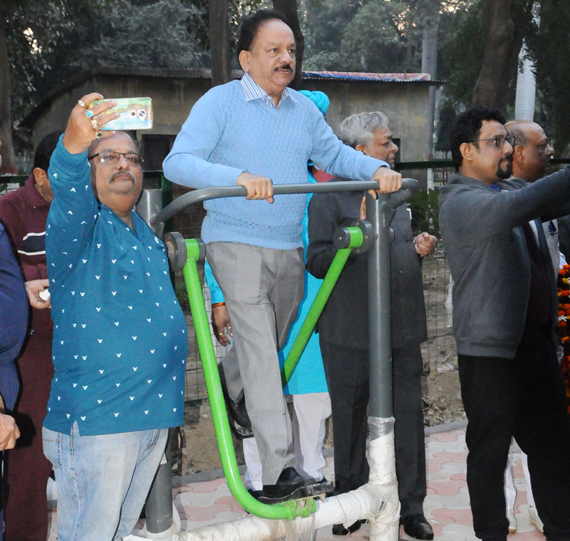Dr. Harsh Vardhan inaugurates Open Gym in a Park