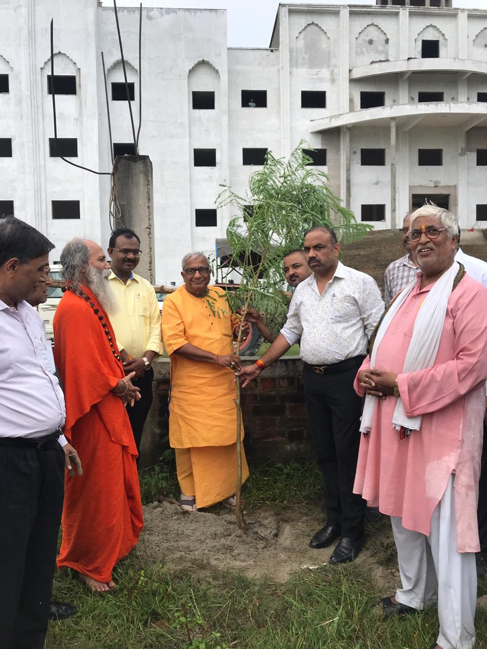 महामंडलेश्वर स्वामी श्री प्रखर जी महाराज  के कर कमलों द्वारा 1000 वृक्षों का रोपण किया गया