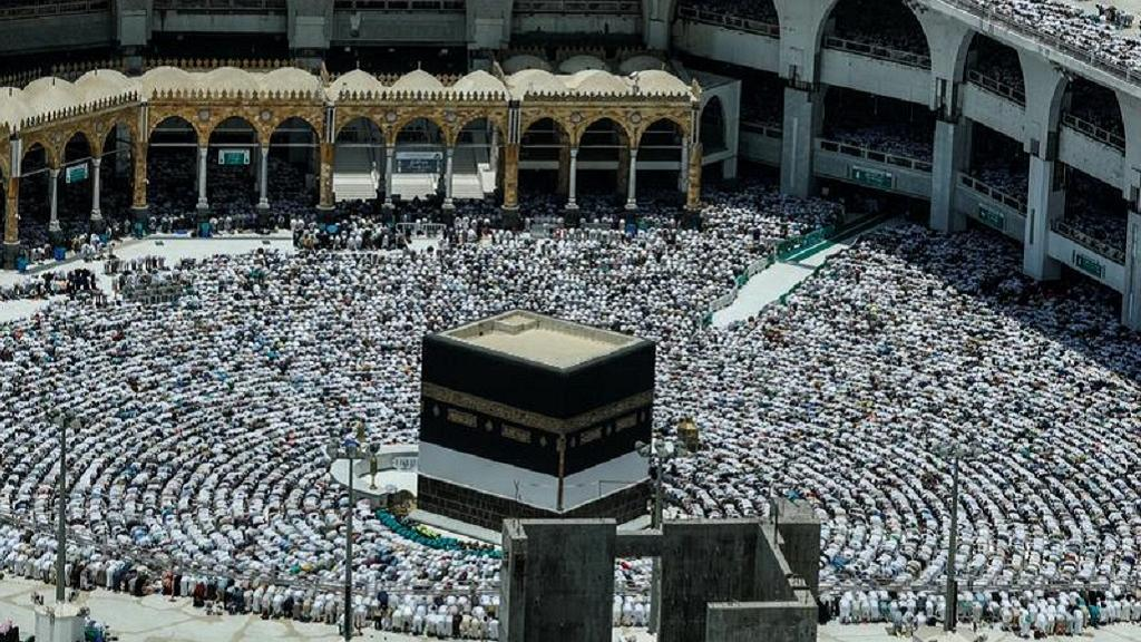 Pilgrims offer Friday prayers in Saudi ahead of 2018 hajj