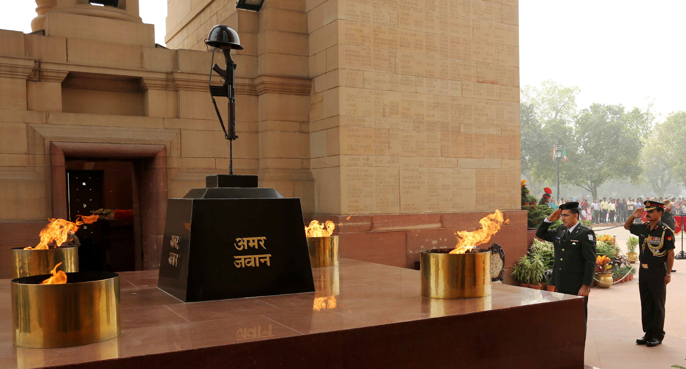 Major General Yaakov paying Tributes at Amar Jawan Jyoti
