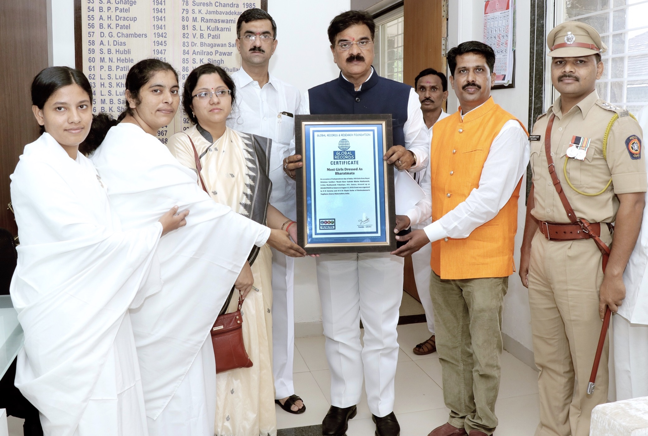 """Global Records"" Certificate to Brahma Kumaris, Satara by Maharashtra Water Resources Minister"