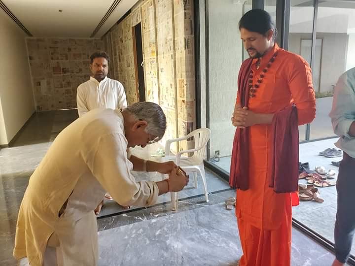 Sahara Parivar invites Swami Anand Giri ji